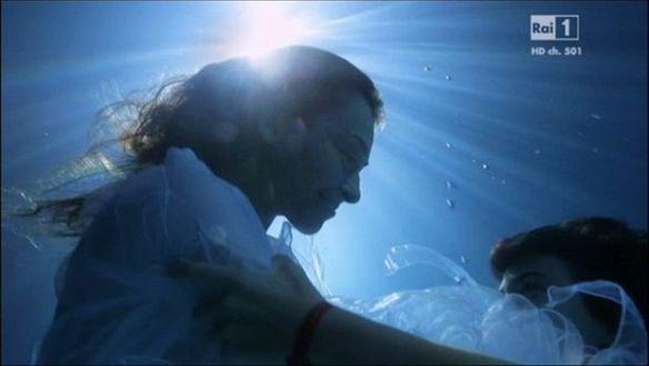 """Davide e la madre nuotano felici nel loro """"Paradiso"""""""