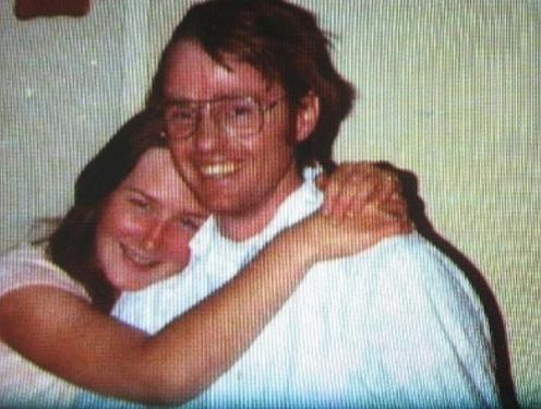 Coleen Stan si fa fotografare dai familiari mentre sorride abbracciata al suo aguzzino Cameron Hooker