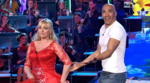 Antonella Clerici finge di ballare con Amaryus Pèrez