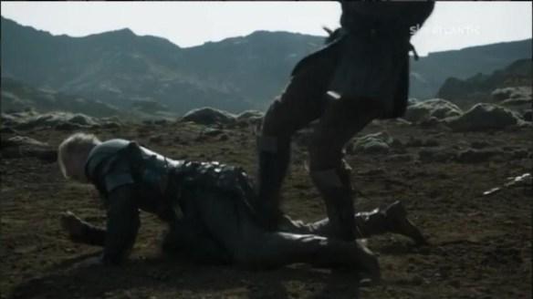 Il Mastino colpisce Brienne sulle parti intime