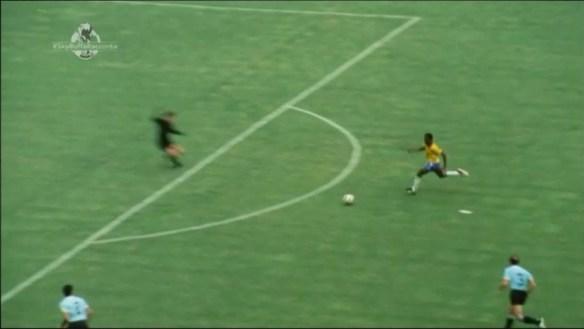 Pelè riceve la palla da sinistra