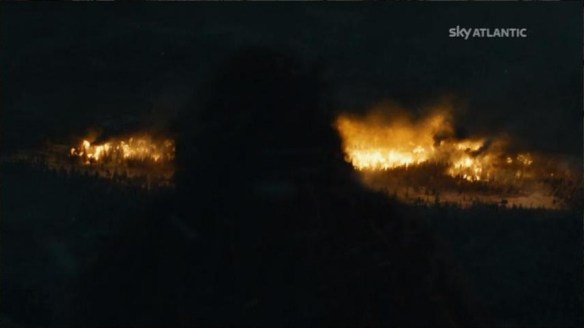 Jon Snow guarda l'incendio di Mance