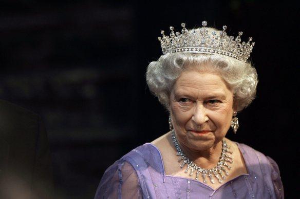 """Elisabetta II sembra guardare Carlo e dirgli: """"tu sul trono?  Ti piacerbbe!"""""""