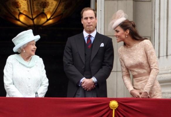 Wiliam  Kat con Elisabetta II