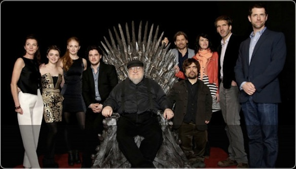Martin sul Trono di Spade, circondato dal cast