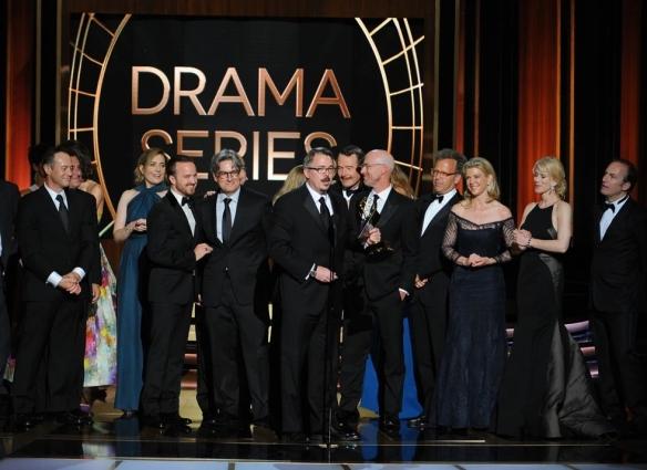 Il cast di Breaking Bad ritira l'Emmy per la miglior serie drama