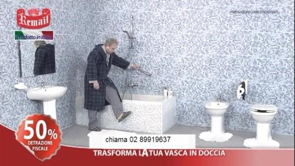 Il povero anziano non riesce ad entrare nella vasca. E meno male, visto che è ancora vestito!
