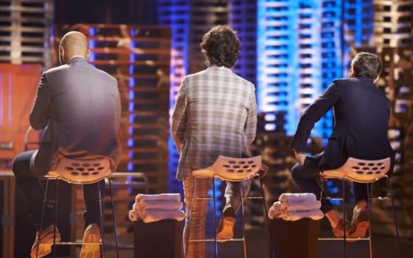 I tre chef distribuiscono giudizi e grembiuli
