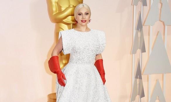 Lady Gaga si apprsta a lavare i piatti dpo la crimonia