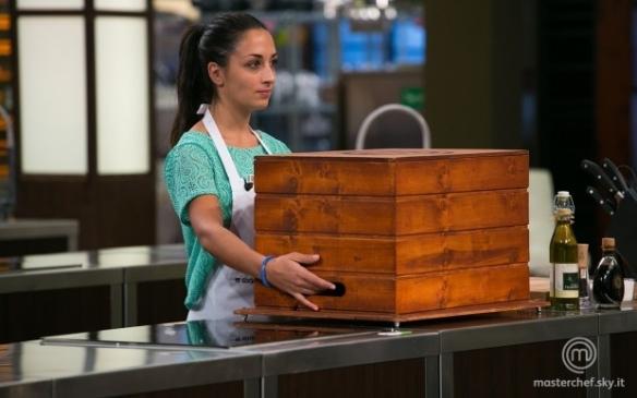 Amelia solleva la mystery box
