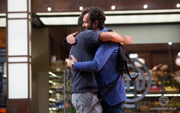 Paolo abbraccia Cracco