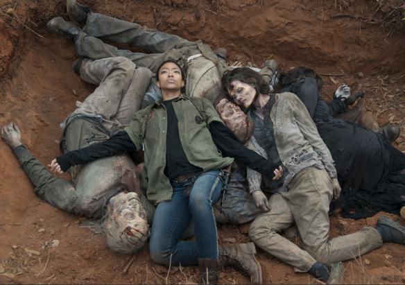 Sasha schaccia un pisolino tra i cadaveri