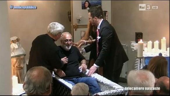 Il pensionato costretto a provare la bara