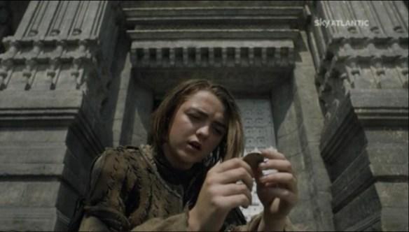 Arya fuori dalla Casa del Bianco  del Nero