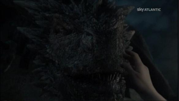 Daenerys accarezza Drogon