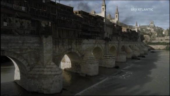 Il ponte su cui passano Tyrion e Varys