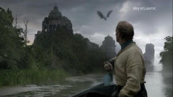 Drogon sorvola labarca di Jorah e Tyrion